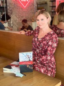 Marceline Bodier pose avec son livre auto-édité, La fille au mitote.